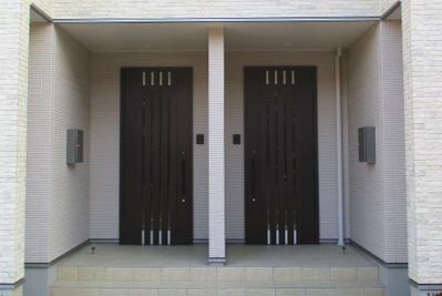玄関2つの家
